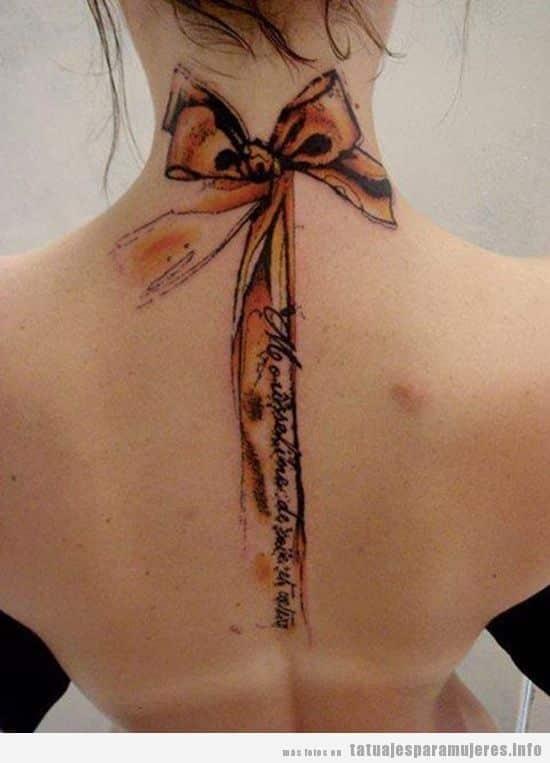 Tatuajes para mujer, lazo puntilla en nuca y espalda