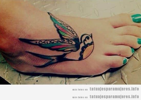 Tatuaje de un pájaro en el pie para mujeres y chicas