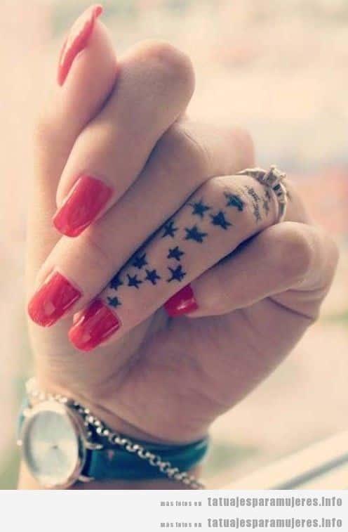 Tatuaje para mujer, estrellas en el dedo de la mano
