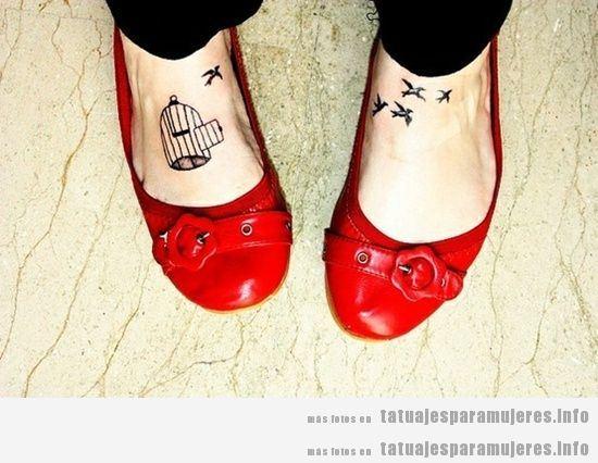 Tatuaje para mujeres en el empeine o pie: jaulas y pájaros