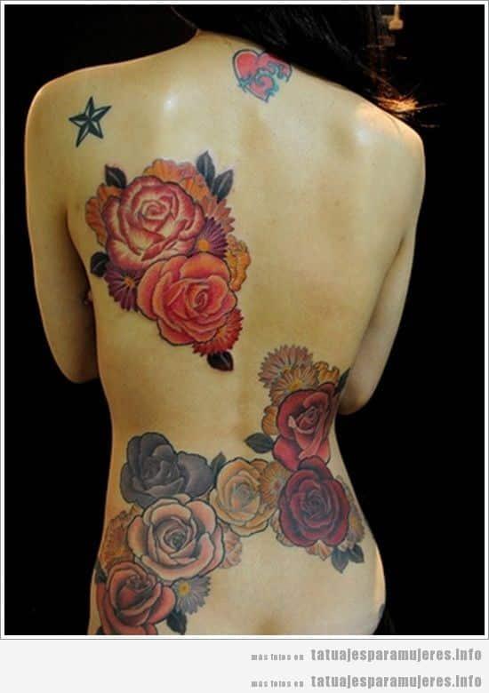 Tatuaje de mujer, rosas en la espalda