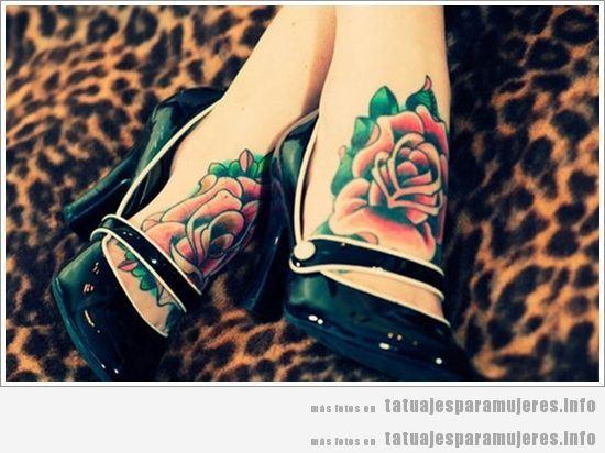 Tatuaje para mujer, rosa en el pie estilo pin up