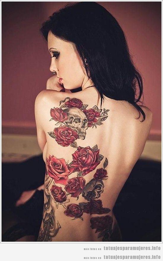 Tatuaje para mujeres de rosas y calaveras en la espalda