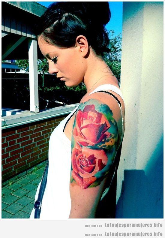Tatuaje mujer rosas realistas en el hombro