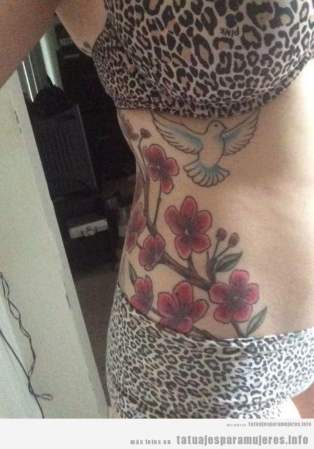 Tatuaje para mujer, flores cerezo y pájaro