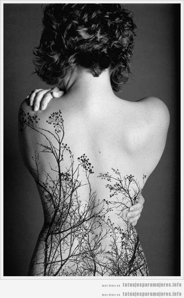 Tatuaje para mujeres de un bosque en la espalda
