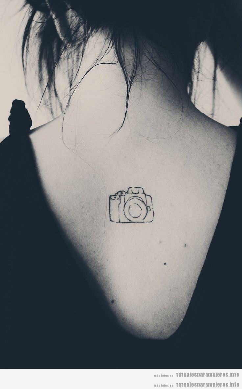 Tatuaje para chicas. cámara de fotos en la espalda