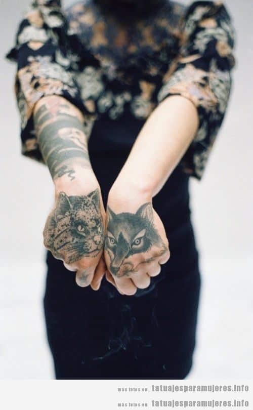 Tatuajes de un zorro y un gato en ambas manos