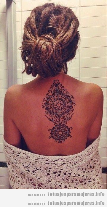 Tatuaje henna mandala en la espalda de una chica