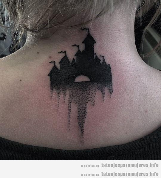 Tatuaje mujer castillo Disney en la nuca