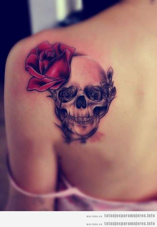 Tatuaje de mujer en el hombro, calavera y rosa