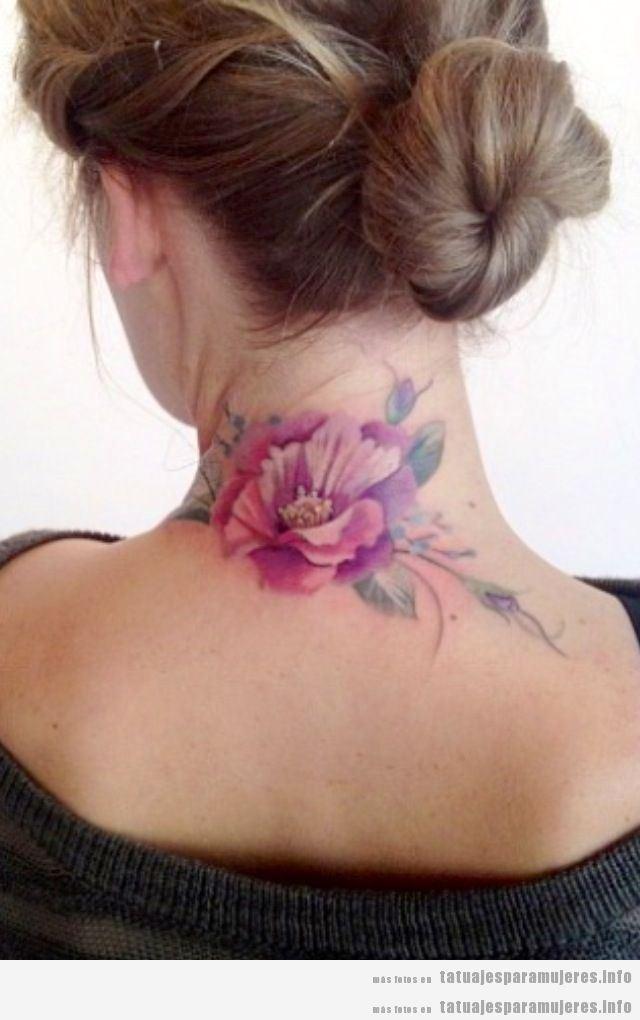 Tatuaje flor grande en la nuca