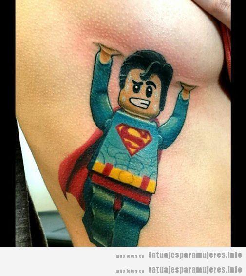 Tatuaje original en el pecho de una mujer, Superman Lego