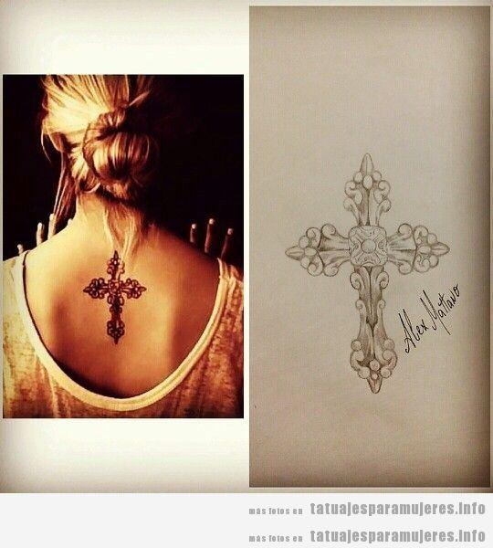 Tatuaje de una cruz decorada orfebrería en la espalda