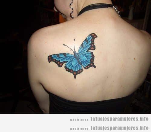Tatuaje mariposa azul en la espalda