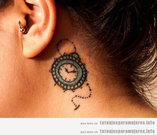 Tatuaje mujer, reloj de bolsillo detrás oreja