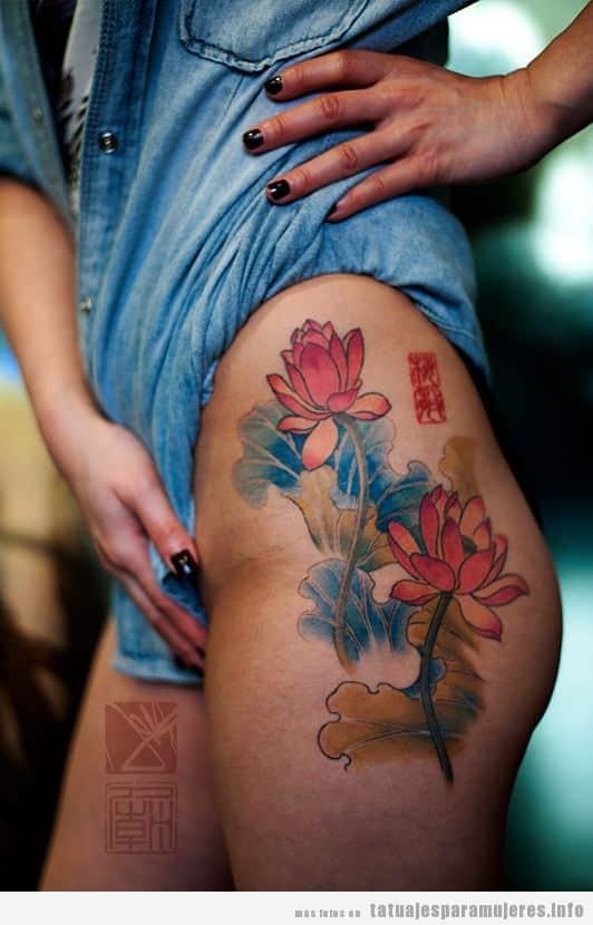 Tatuaje mujer fors y letras chinas en la cadera