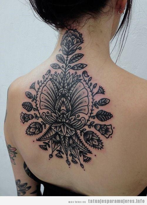 Tatuaje mujer de flores y hojas en la espalda