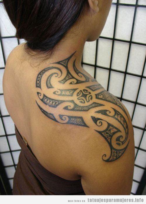 Tatuaje para mujer, un tribal hawainao en el hombro