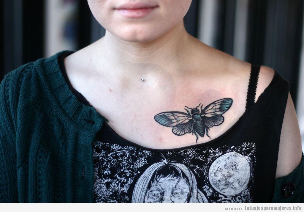 Tatuaje de mujer, escarabajo con alas en el pecho