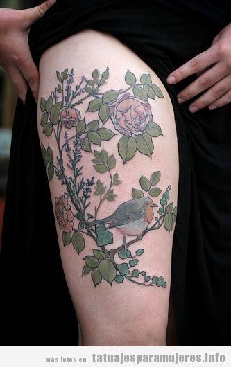 Tatuaje de flores y pájaros en el muslo para mujer