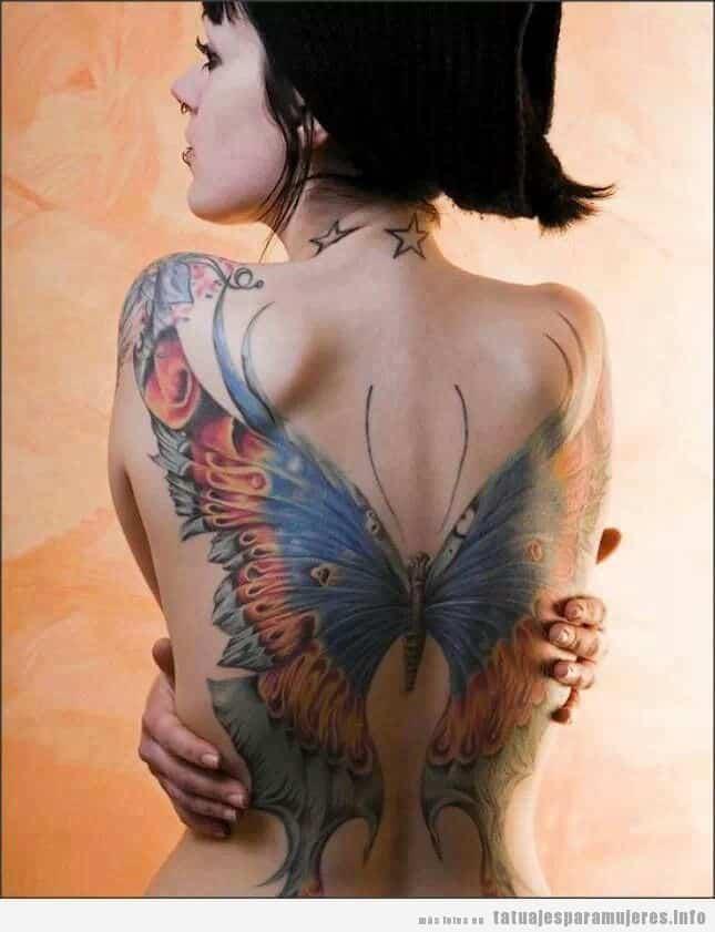Tatuaje de una gran mariposa en la espalda de una mujer