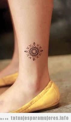 Tatuaje estilo geométrico en la pierna