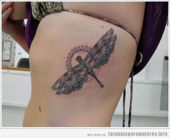 Tatuaje para mujer, libélula en el costado