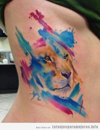 Tatuaje de un león en el costado estilo acuarela