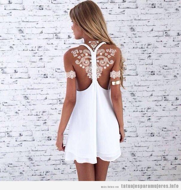 Tatuaje mujer, henna blanca espalda