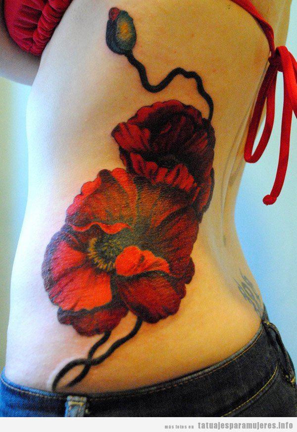 Tatuaje grande para mujer en el costado, amapola