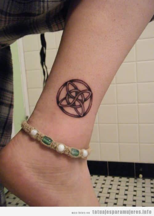 Mujer con un nudo celta tatuado en el tobillo