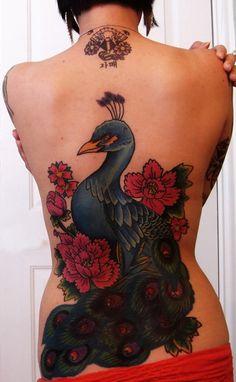 Tatuaje grande para mujeres en la espalda, pavo real y flores