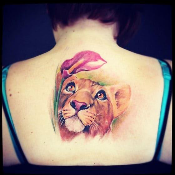 Tatuaje grande de una leona en la espalda