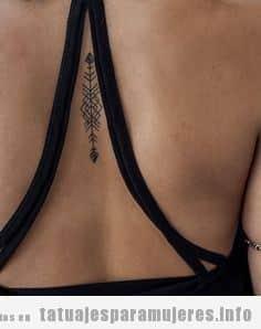 Tatuaje sexy y pequeño de una flecha en la espalda