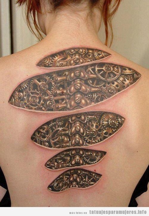 Tatuaje biomecánico mujer en la espalda