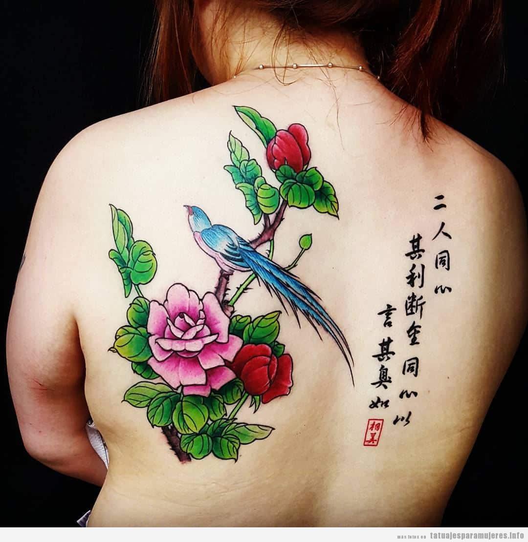 Tatuaje grande mujer espalda flores y frases japonés