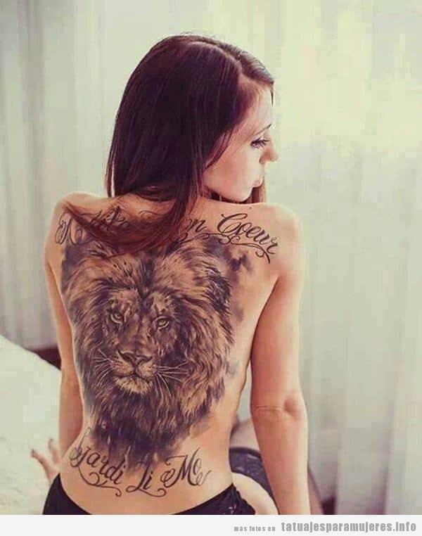 Tatuaje grande de un león en la espalda