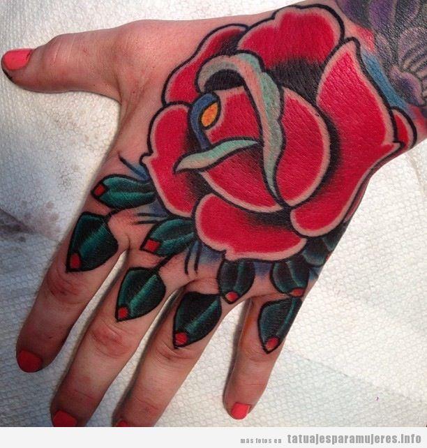 Tatuaje para mujer, rosa old school en la mano