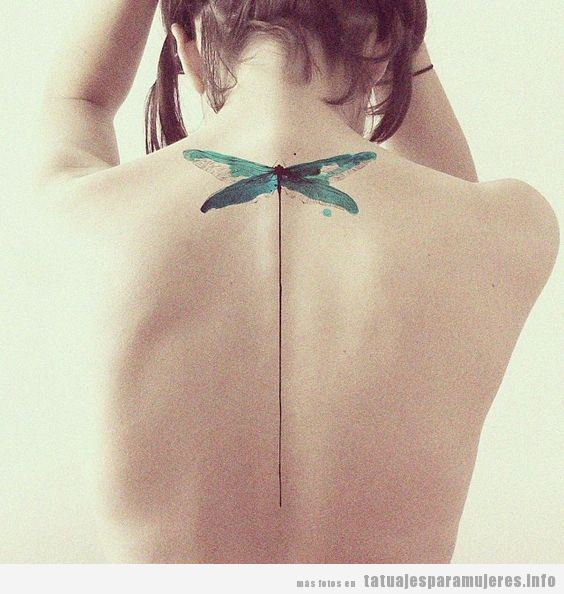 Tatuaje grande de una libélula en la espalda de una mujer