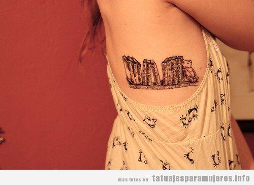 Tatuaje estantería de libros costado