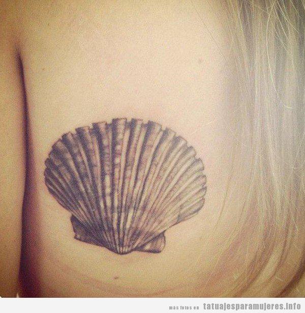 Tatuaje pequeño para mujer, concha marina en la espalda