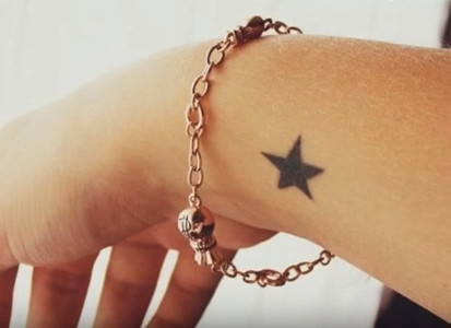 Tatuaje pequeño para mujer en la muñeca, estrella