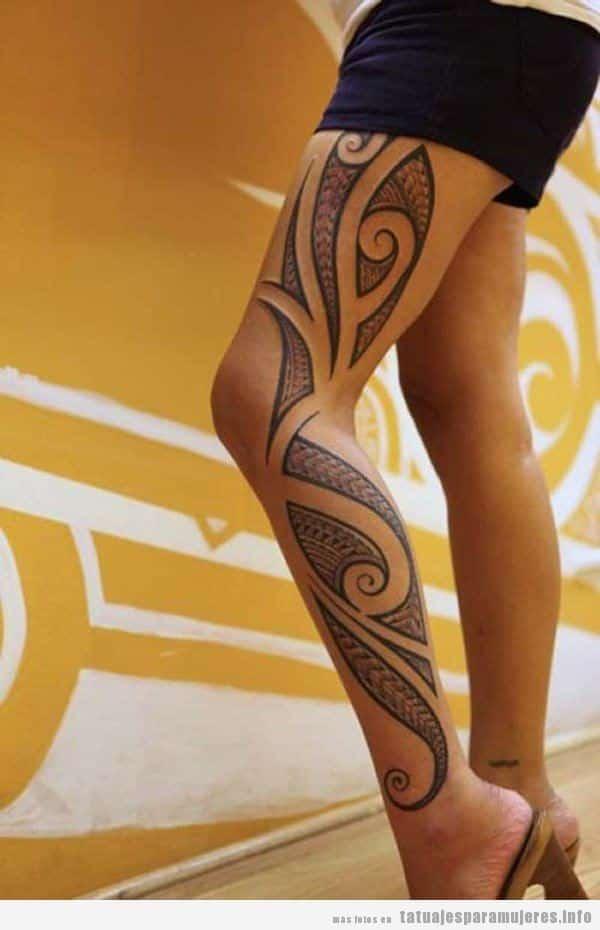 Tatuaje maorí para mujer en el lateral de la pierna