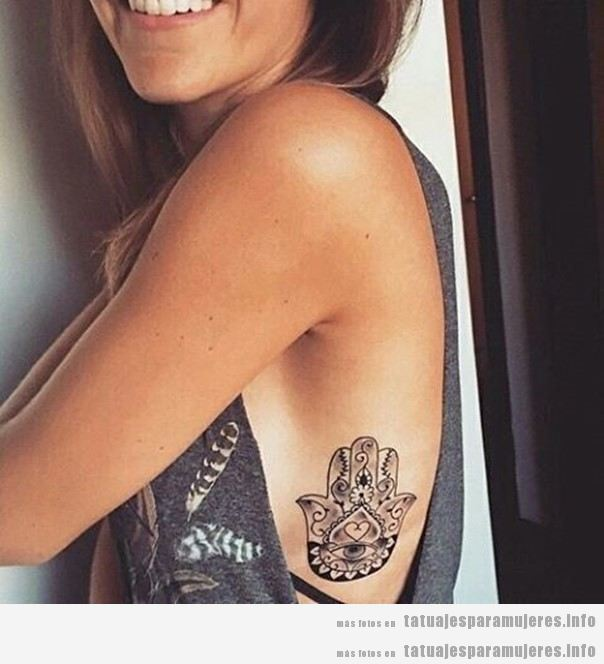 Tatuajes mujer hamsa o mano Fátima en costillas o costado 2