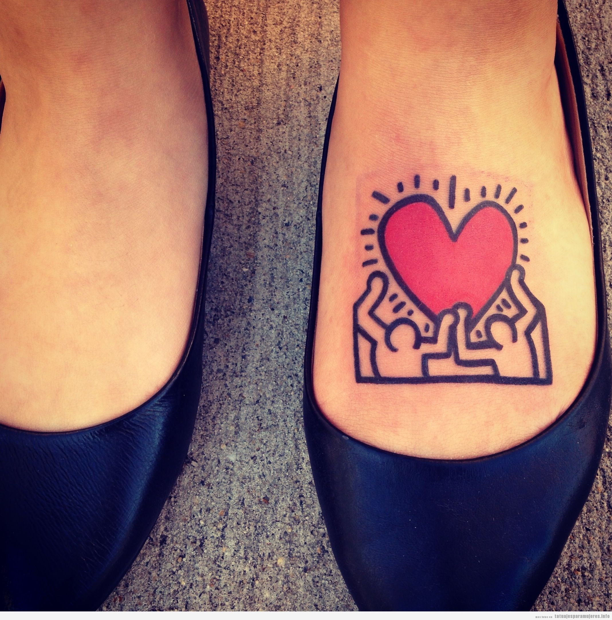 Tatuaje de Keith Haring en el empeine