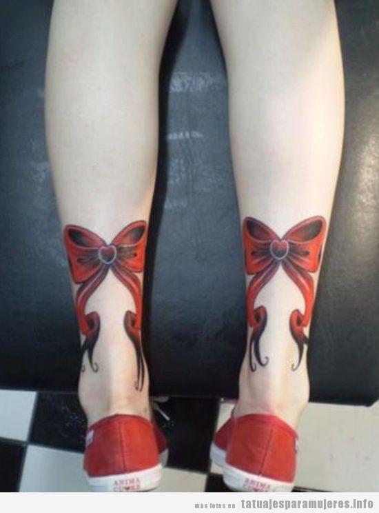 Tatuajes para mujer, dos lazos en las piernas