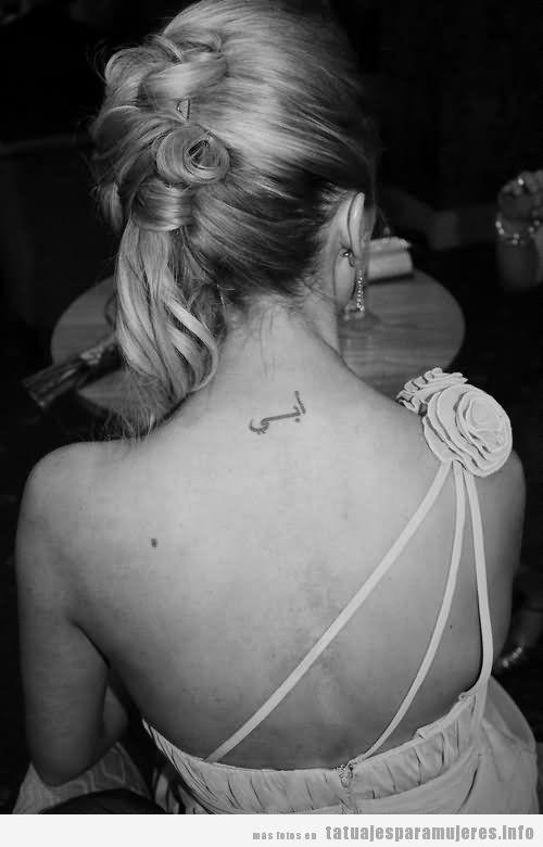 Tatuajes con palabras y frase sen árabe en la nuca paras mujer 2