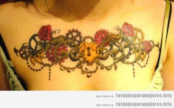 Tatuajes steampunk en el pecho para mujeres