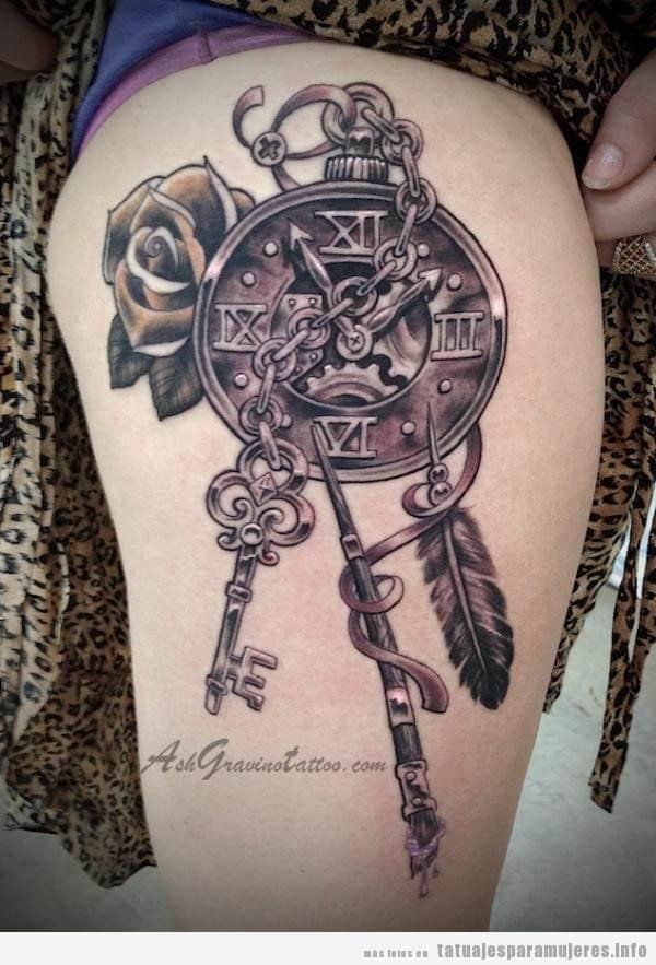 Tatuajes steampunk mujeres, reloj con llaves